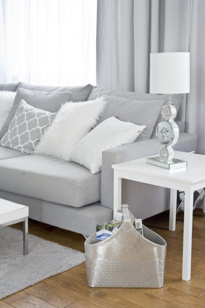 Szafa sofa stojąca w salonie