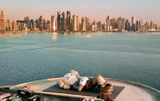 KAWS i instalacja artystyczna na tle panoramy miasta