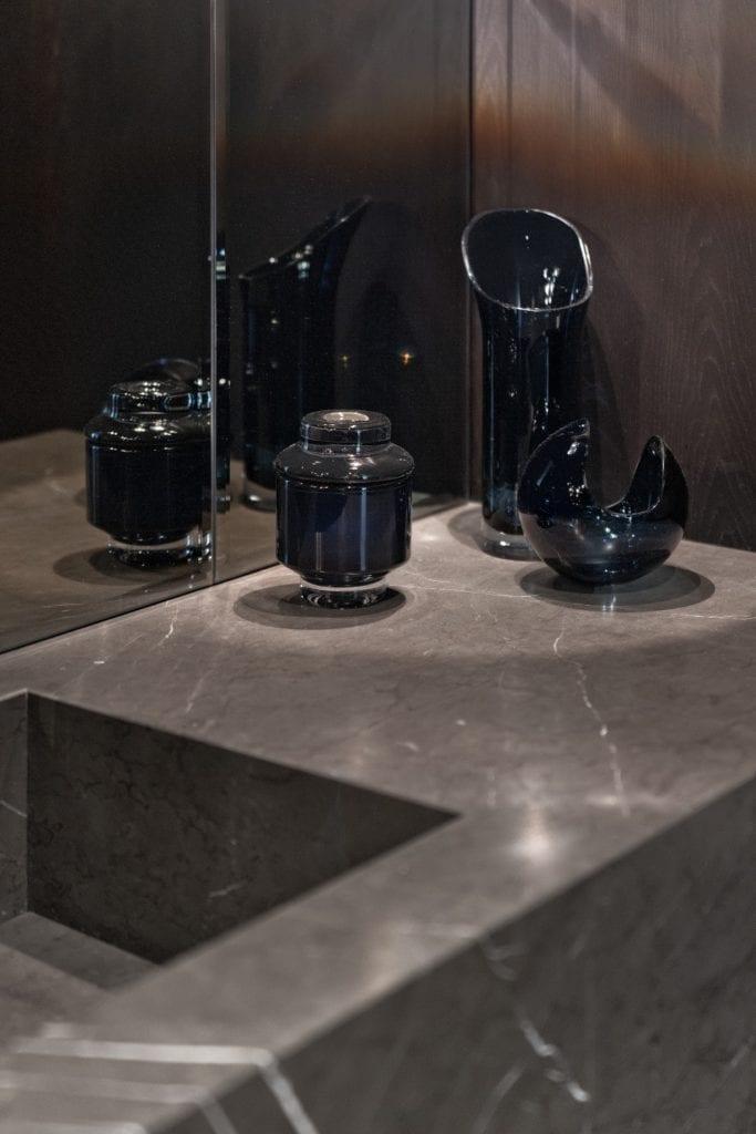 Katarzyna Kraszewska i warszawski apartament w stylu nowojorskim - ciemne dekoracje w łazience