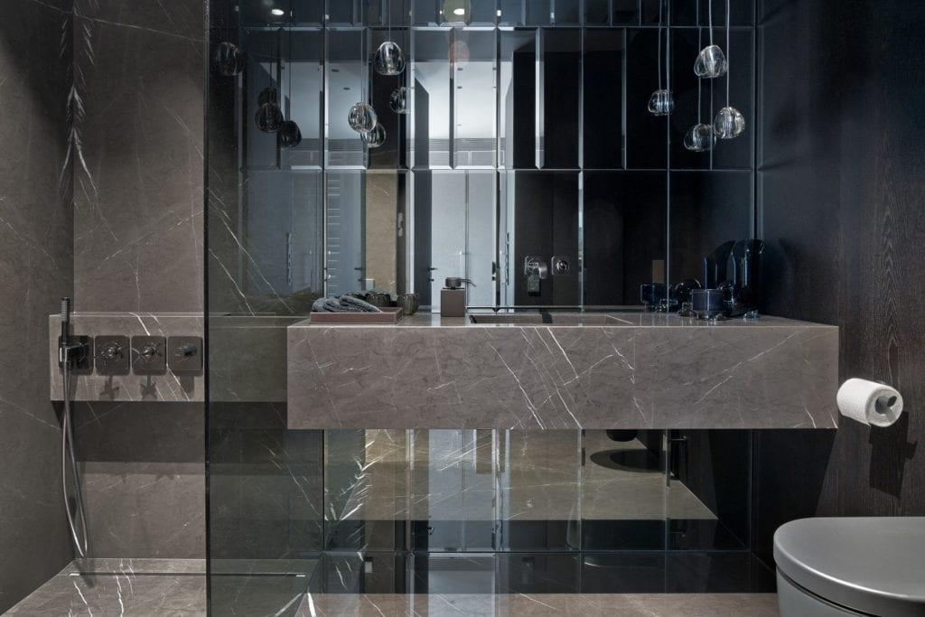 Katarzyna Kraszewska i warszawski apartament w stylu nowojorskim - łazienka z ciemnymi płytkami