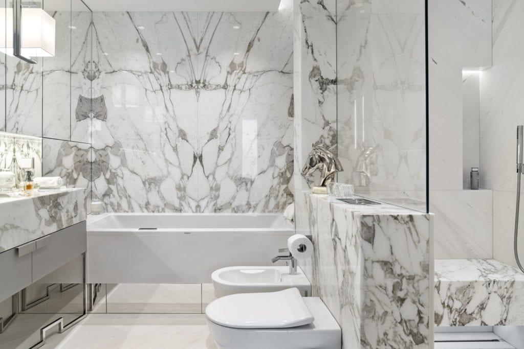 Katarzyna Kraszewska i warszawski apartament w stylu nowojorskim - łazienka z jasnymi płytkami