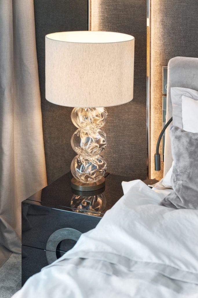 Lampa stojąca przy łóżku w sypialni