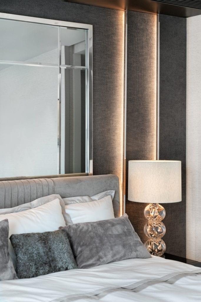 Katarzyna Kraszewska i warszawski apartament w stylu nowojorskim - lampa stojąca przy łóżku w sypialni