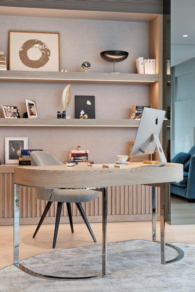 Drewniany stół będący jednocześnie miejscem do pracy