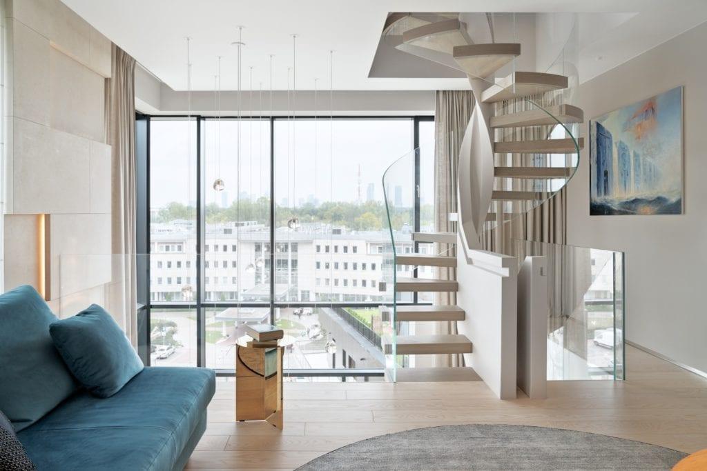 Salon z pięknym widokiem i schodami prowadzącymi na wyższe piętro