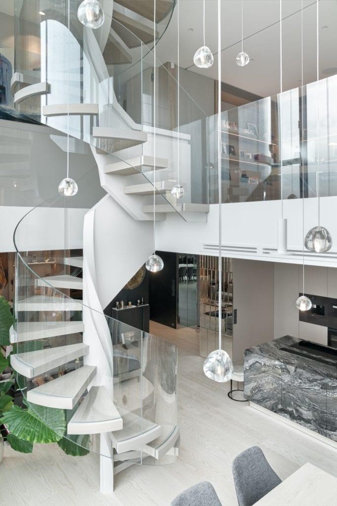 Katarzyna Kraszewska i warszawski apartament w stylu nowojorskim - schody prowadzące na piętro