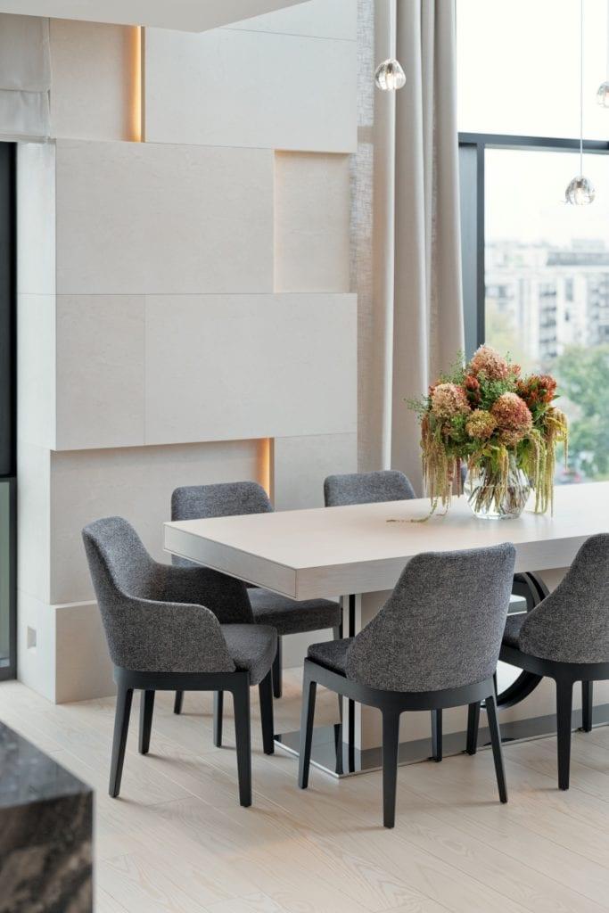 Drewniany stół z kompletem krzeseł stojący w salonie