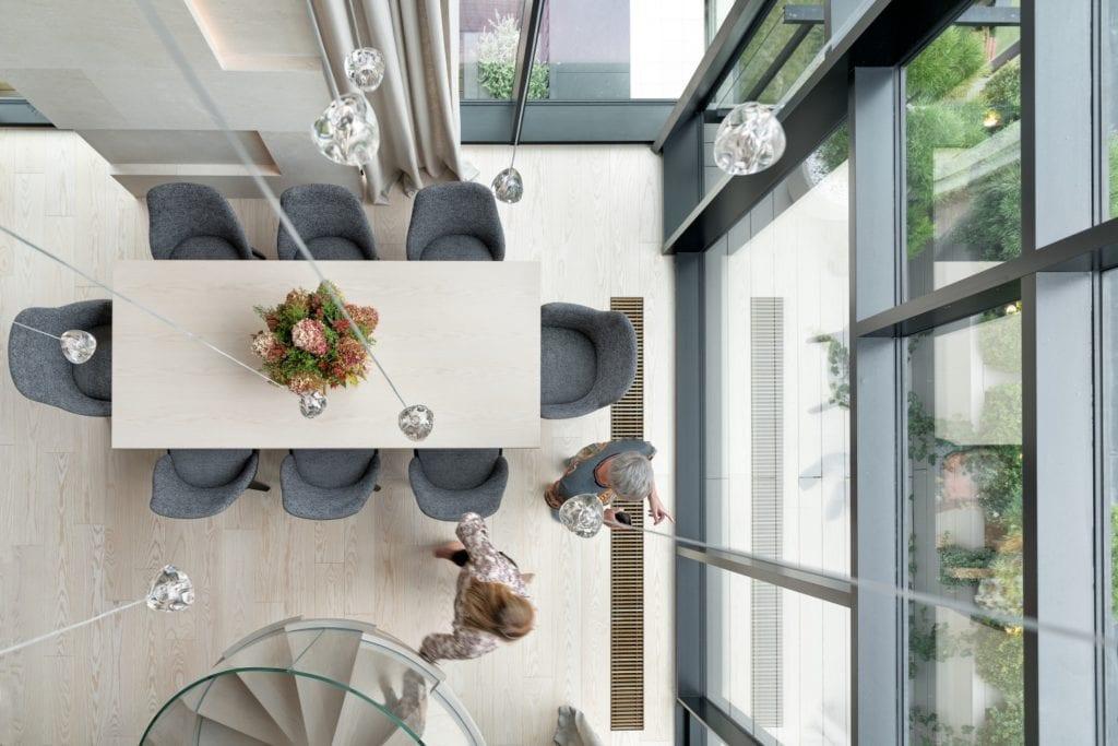 Katarzyna Kraszewska i warszawski apartament w stylu nowojorskim - widok na salon z góry