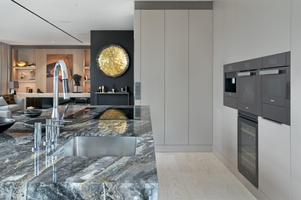 Salon połączony z kuchnią z wyspą