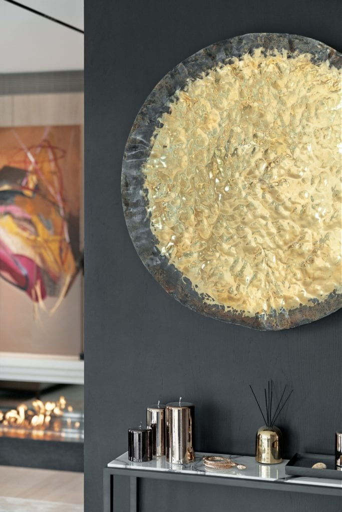 Katarzyna Kraszewska i warszawski apartament w stylu nowojorskim - dekoracja na ścianie