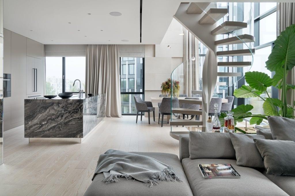 Katarzyna Kraszewska i warszawski apartament w stylu nowojorskim - ogromny salon ze schodami na piętro