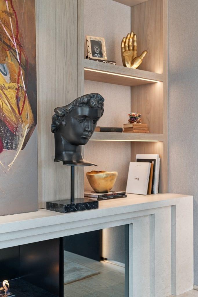 Rzeźba stojąca na regale w salonie