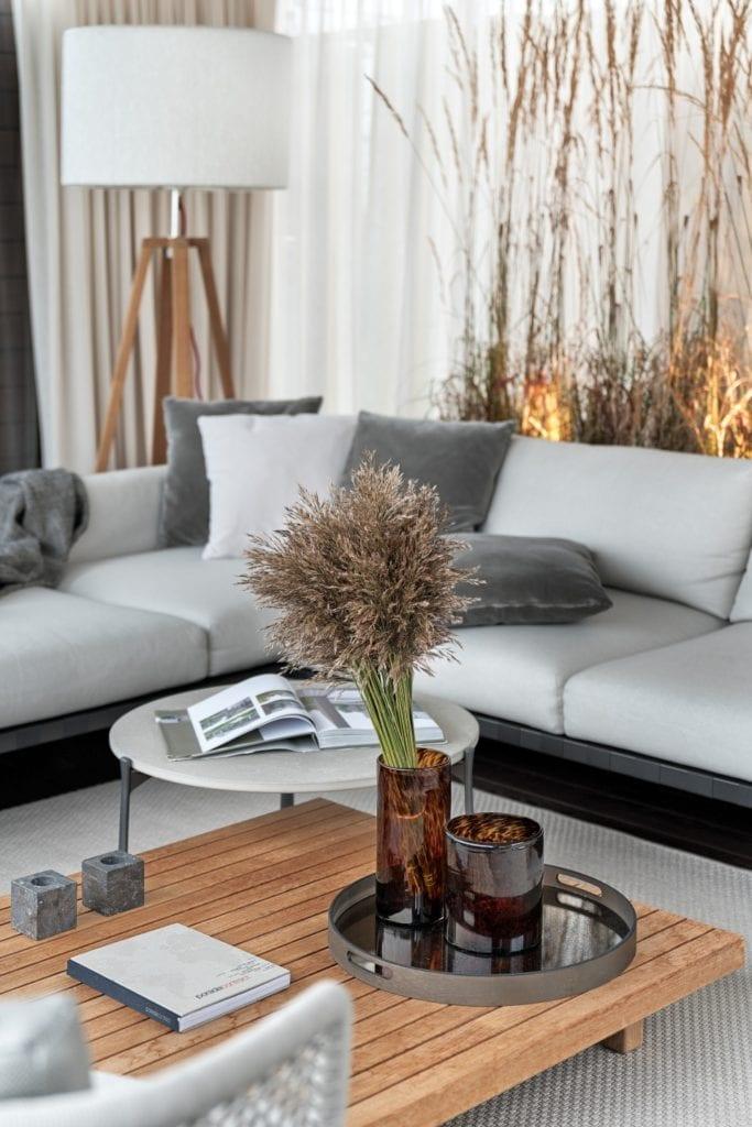 Katarzyna Kraszewska i warszawski apartament w stylu nowojorskim - jasnoszary narożnik w salonie
