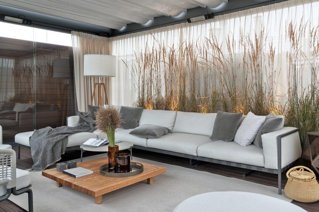 Salon z biało-szarą sofą