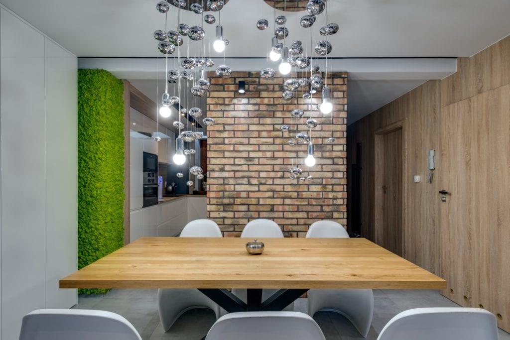 Komplet krzeseł i drewniany stół w mieszkaniu projektu Marmo Design