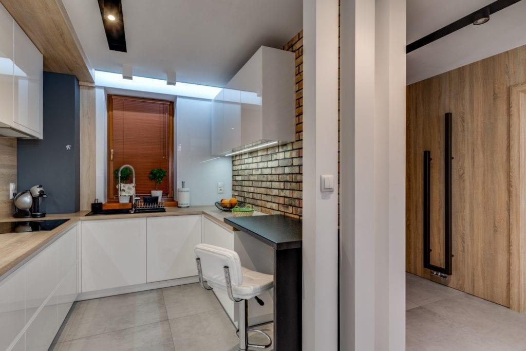 Kuchnia z białymi frontami w mieszkaniu projektu Marmo Design