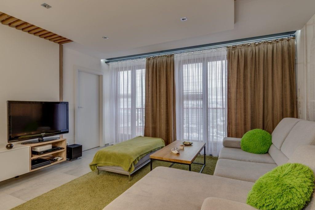 Brązowe zasłony w oknie w mieszkaniu projektu Marmo Design