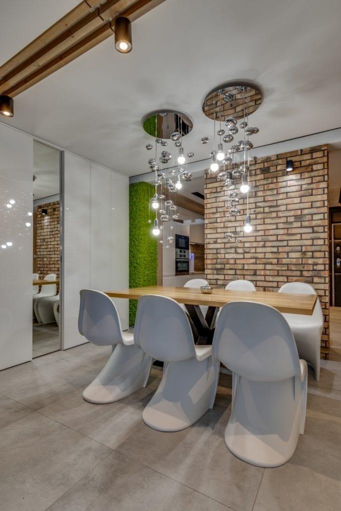 Stół i komplet krzeseł w mieszkaniu projektu Marmo Design