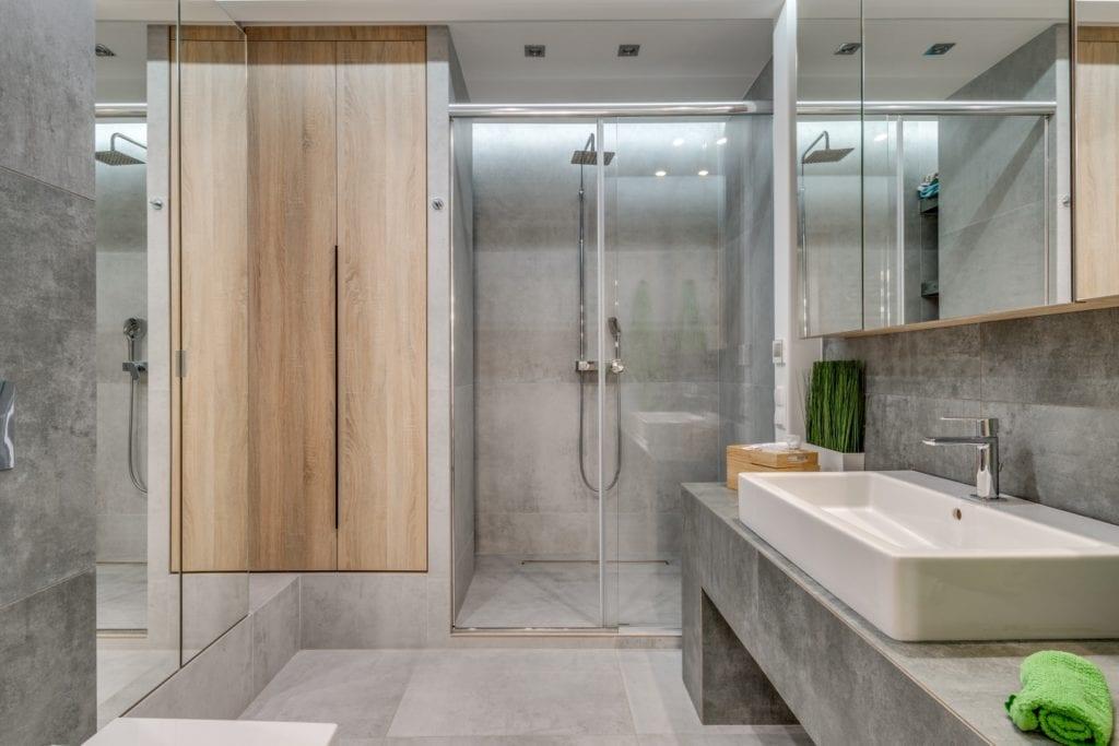 Szara łazienka w mieszkaniu projektu Marmo Design