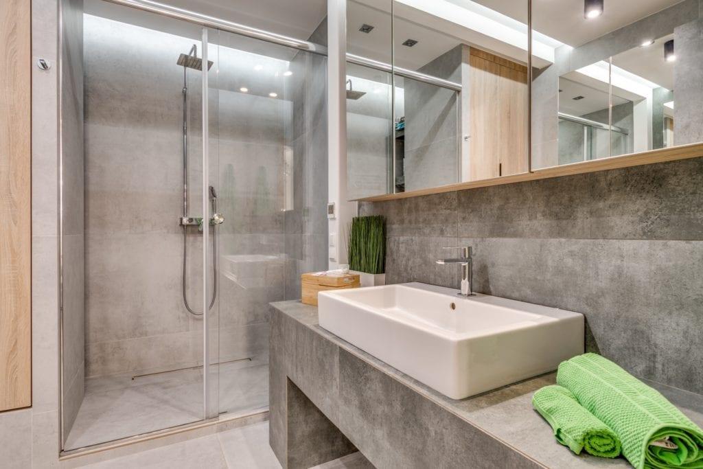 Łazienka z szarymi płytkami