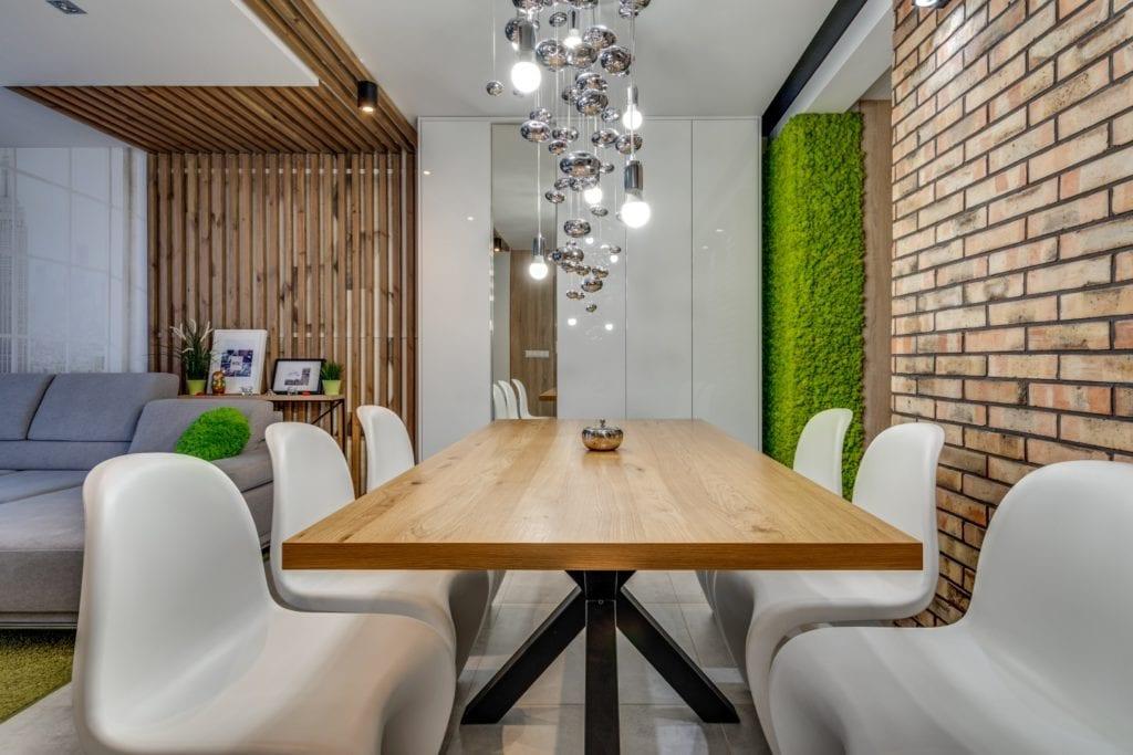 Drewniany stół w salonie w mieszkaniu projektu Marmo Design