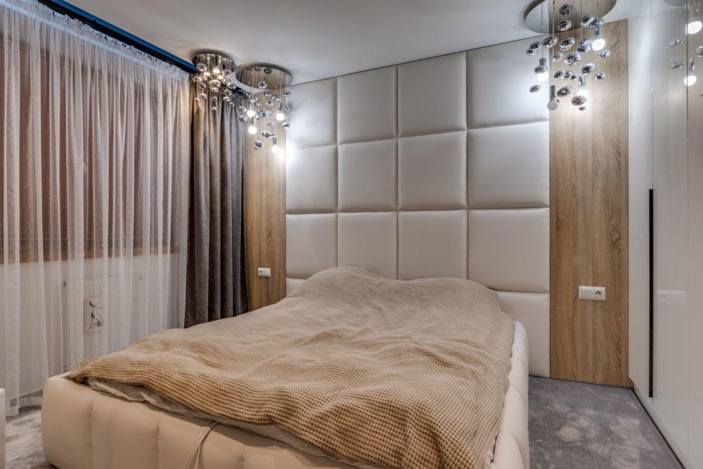Sypialnia z dużym łóżkiem i zagłówkiem
