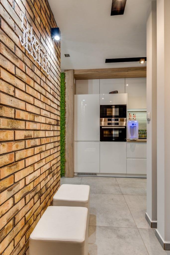 Cegła na ścianie w mieszkaniu projektu Marmo Design