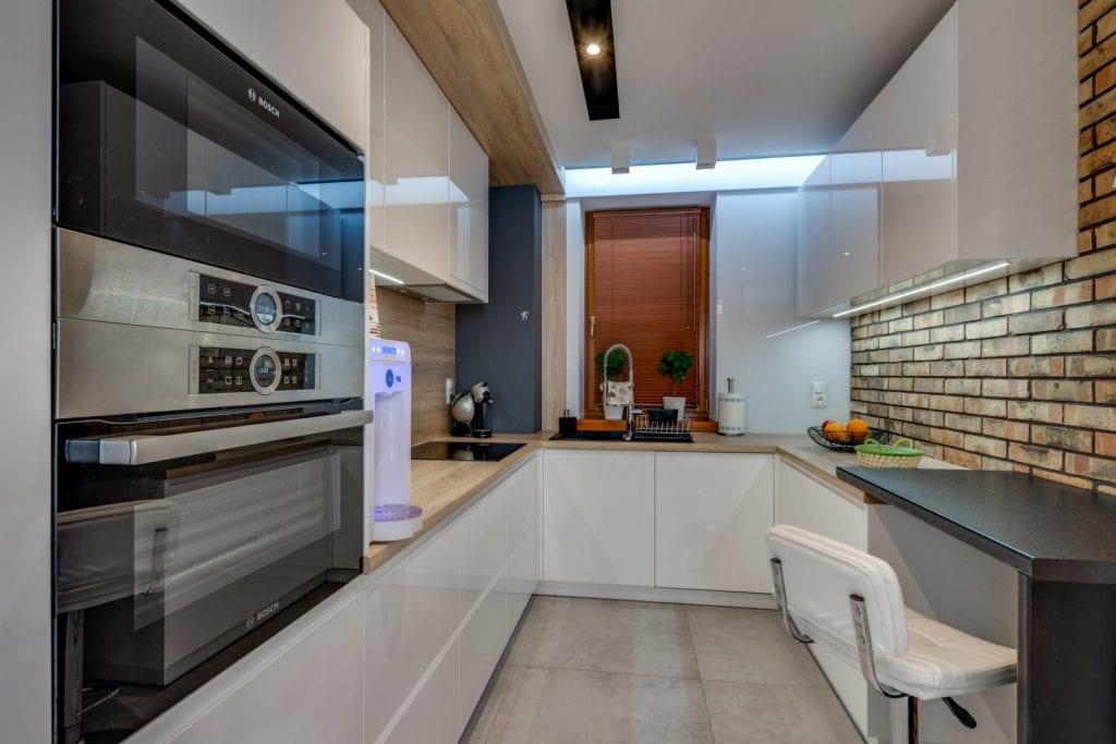 Białe fronty w niewielkiej kuchni