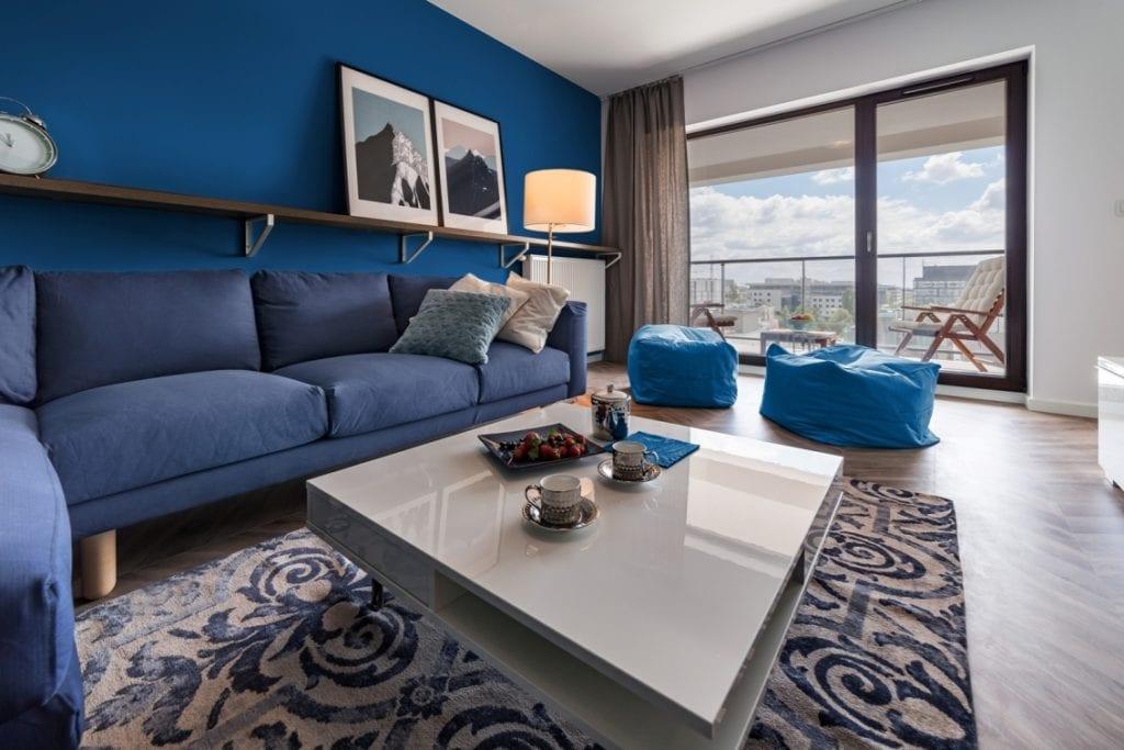 Salon z kolorem Classic Blue - projekt pracowni KODO