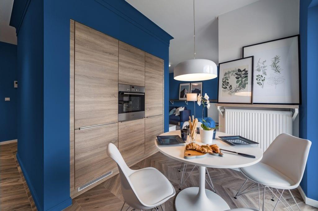 Kuchnia z kolorem Classic Blue - projekt pracowni KODO