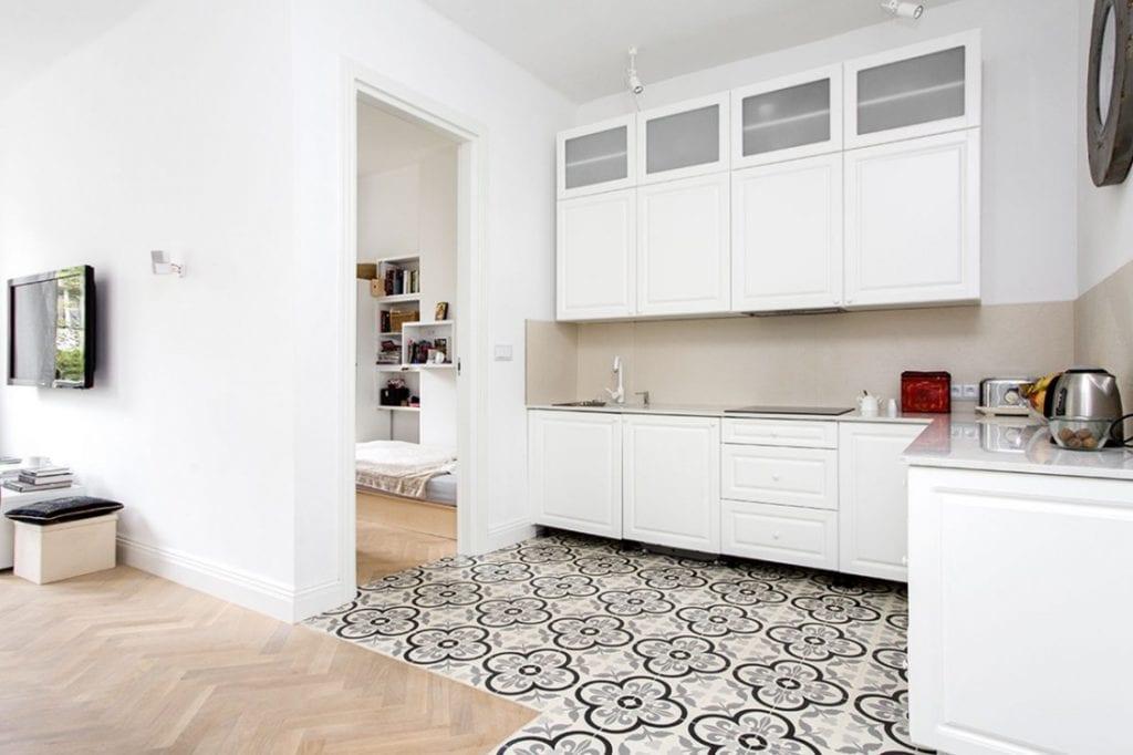 Białe meble w kuchni w warszawskim mieszkaniu projektu Lehmann Design