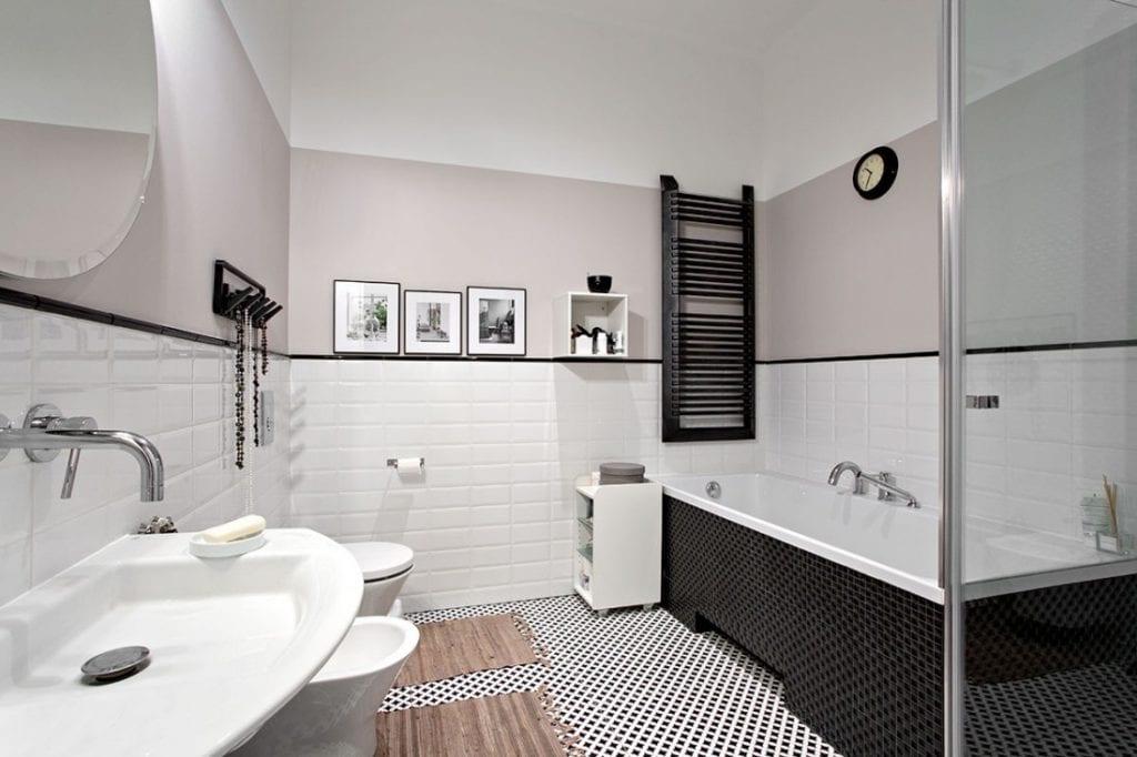 Czarny grzejnik łazienkowy w warszawskim mieszkaniu w przedwojennej kamienicy