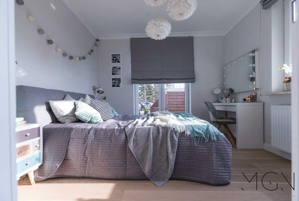 MGN Pracownia Architektoniczna i projekt sypialni z dużym łóżkiem w szarościach