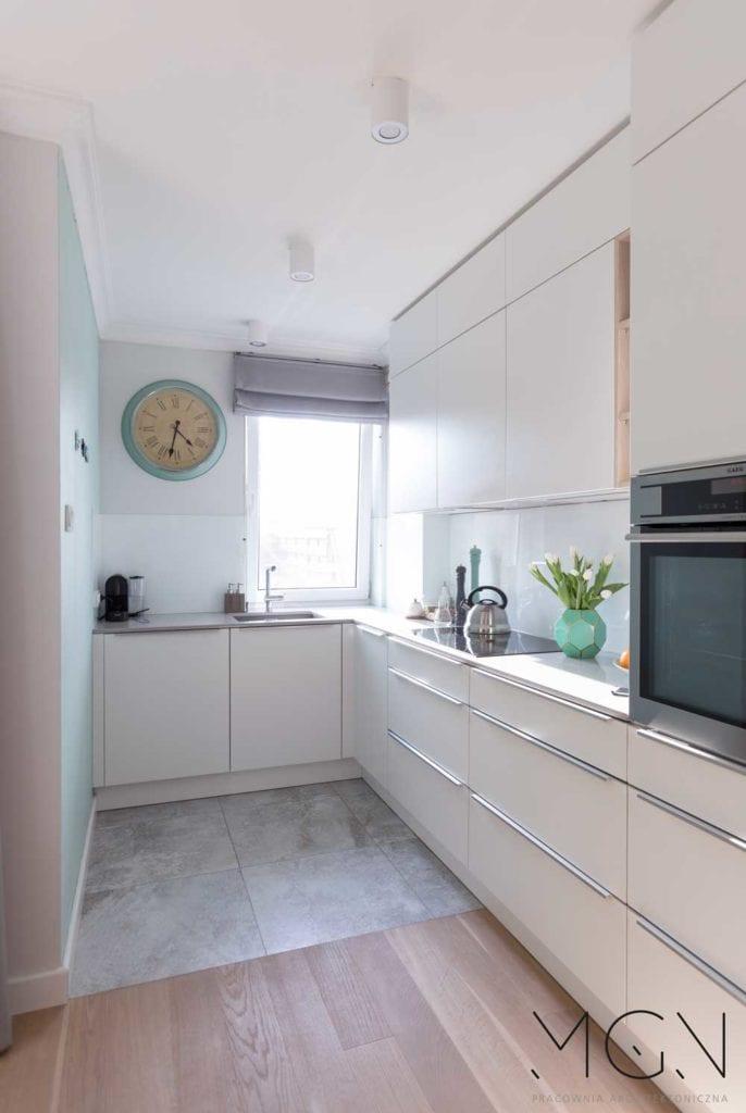 MGN Pracownia Architektoniczna i kuchnia z jasnymi meblami