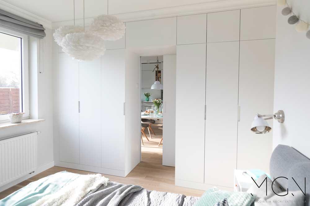 MGN Pracownia Architektoniczna i duża, biała szafa w zabudowie