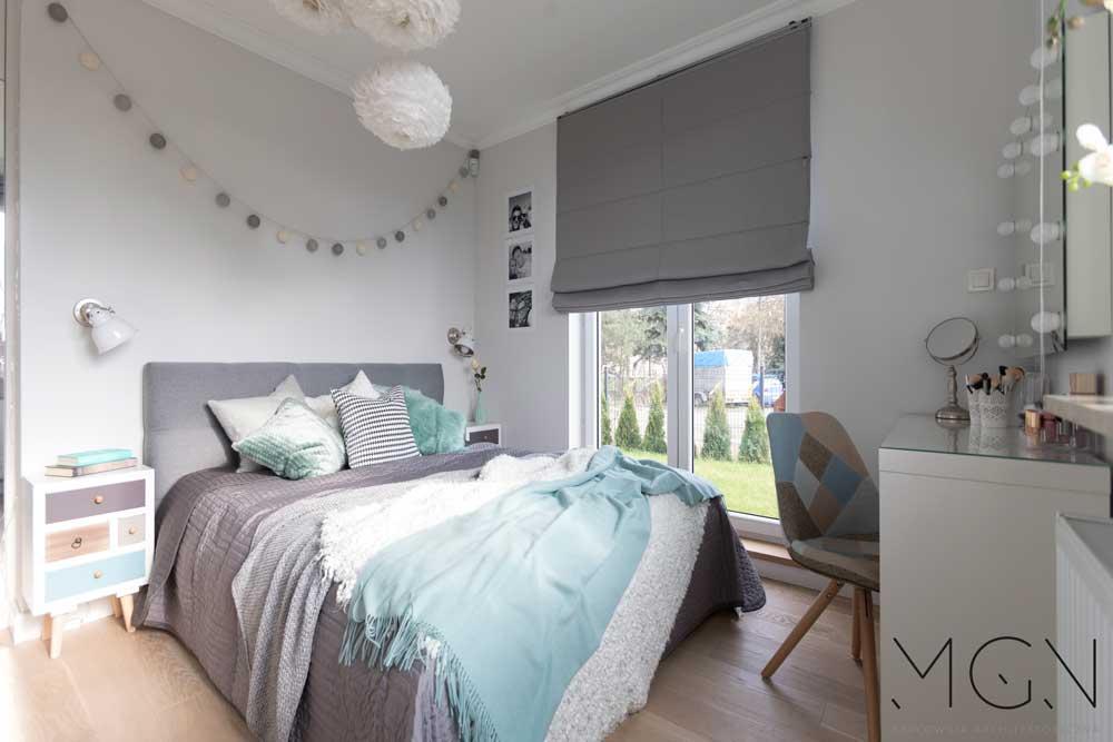 Duża sypialnia w szarych kolorach z ogromnym łóżkiem w