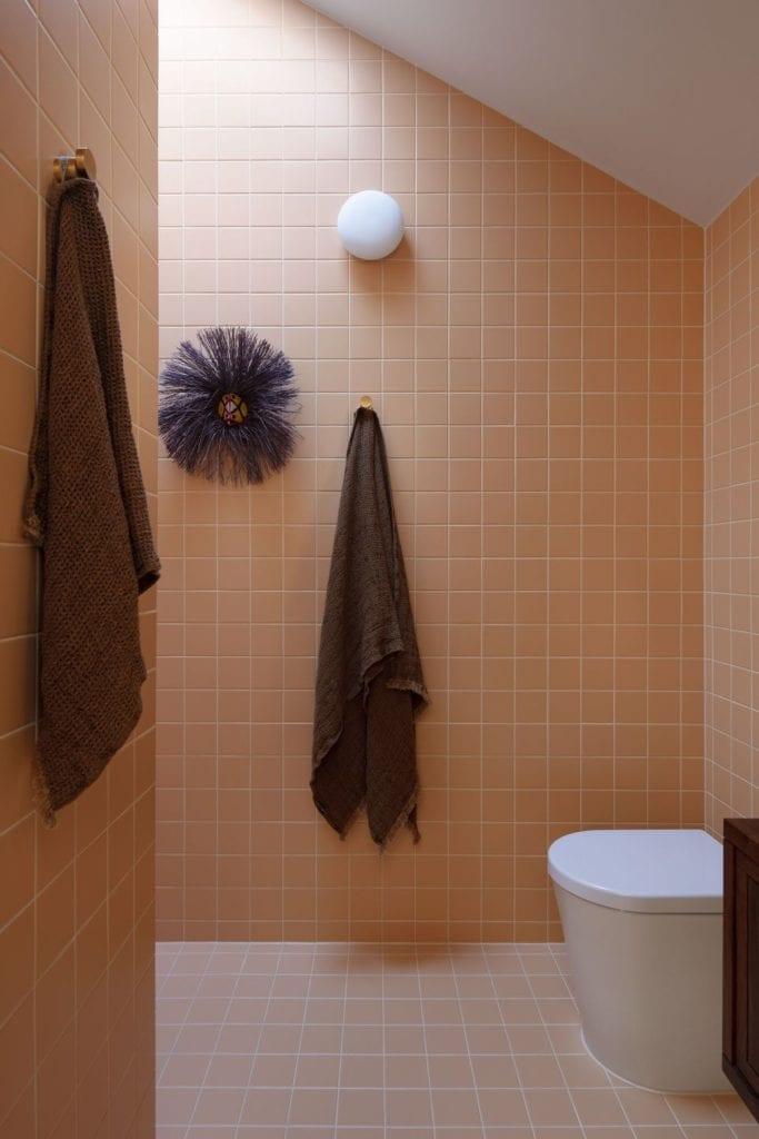 Łososiowe płytki w łazience w projekcie One MANI House