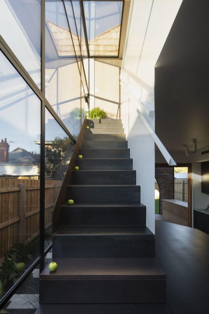 Czarne schody w projekcie One MANI House