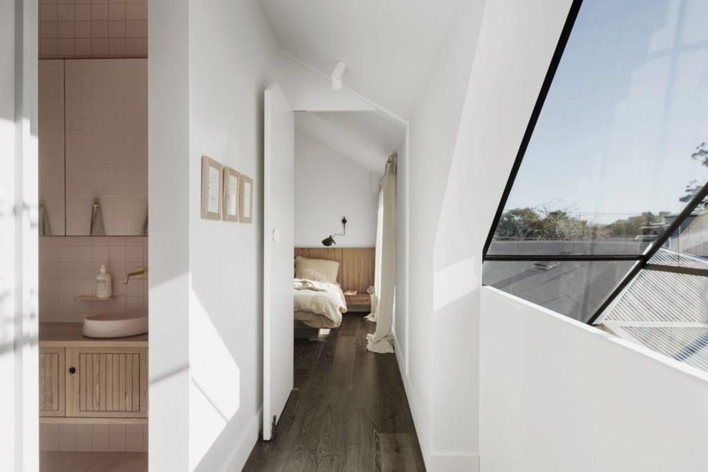 Biały korytarz w projekcie One MANI House