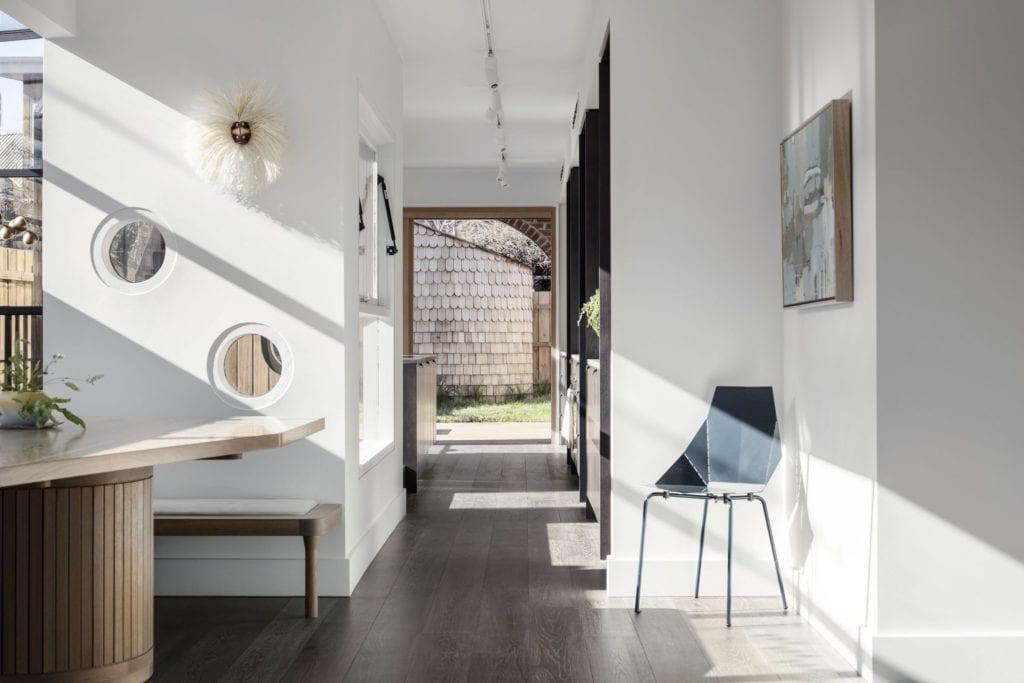 Biały pokój w projekcie One MANI House