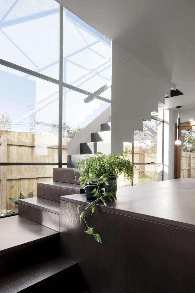 Duże okna w salonie w projekcie One MANI House
