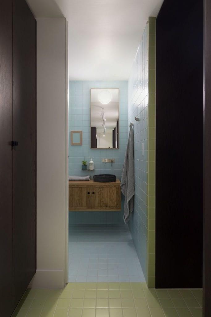 Niebieskie płytki w łazience w projekcie One MANI House
