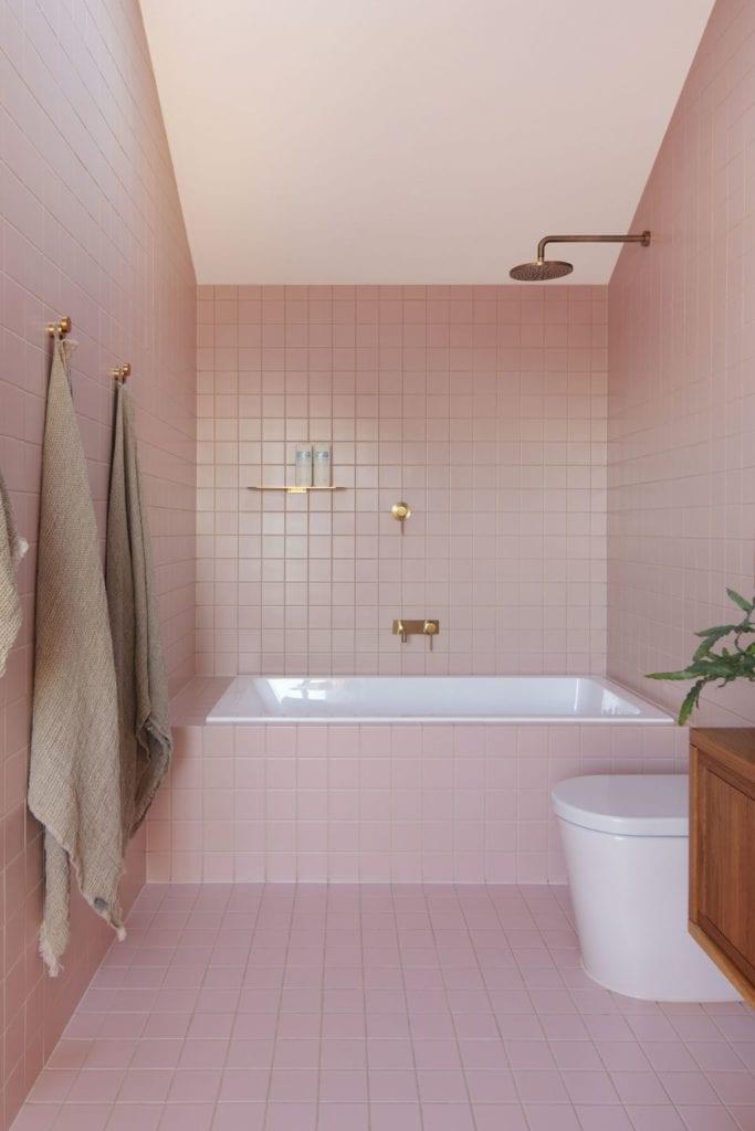 Różowa łazienka w projekcie One MANI House