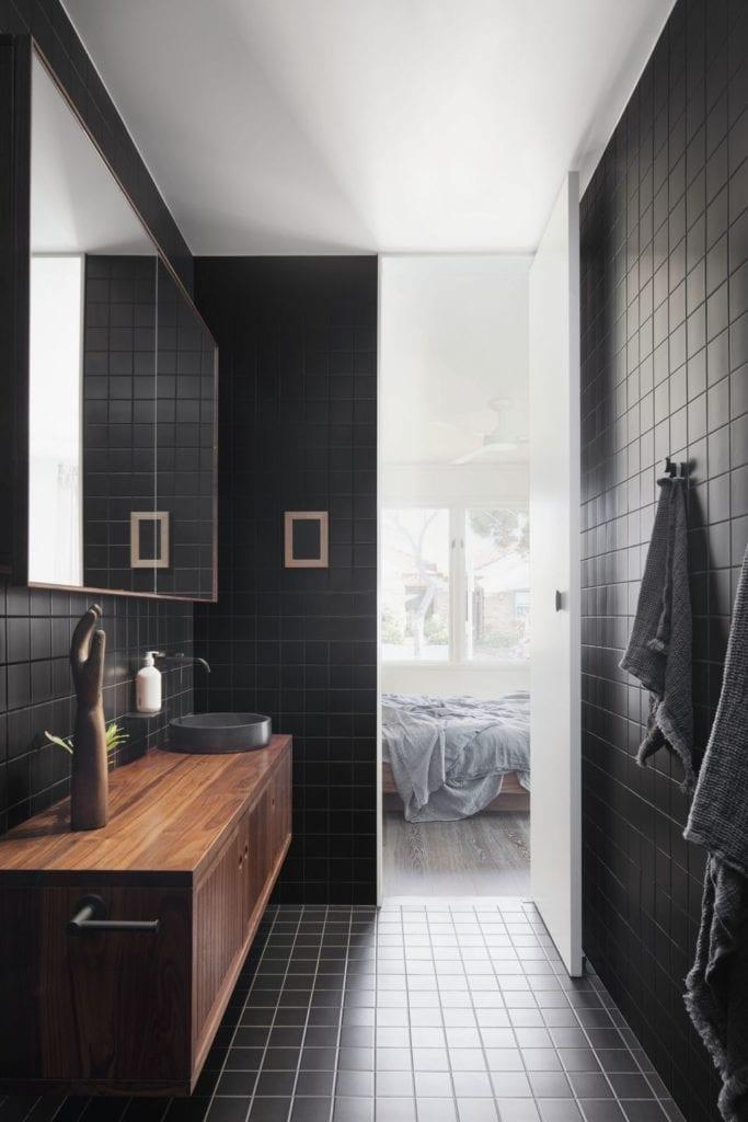 Biało-czarne płytki w łazience w projekcie One MANI House