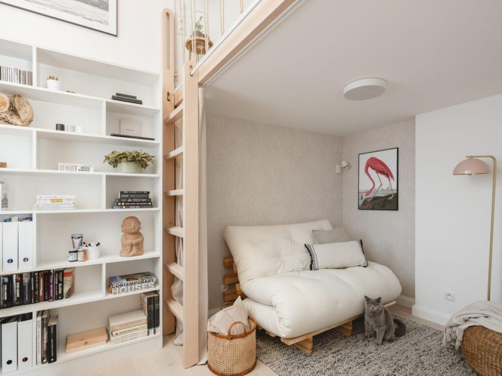 Mieszkanie architektki Karoliny Gacy z pracowni GRUPA NONO - sofa stojąca pod antresolą