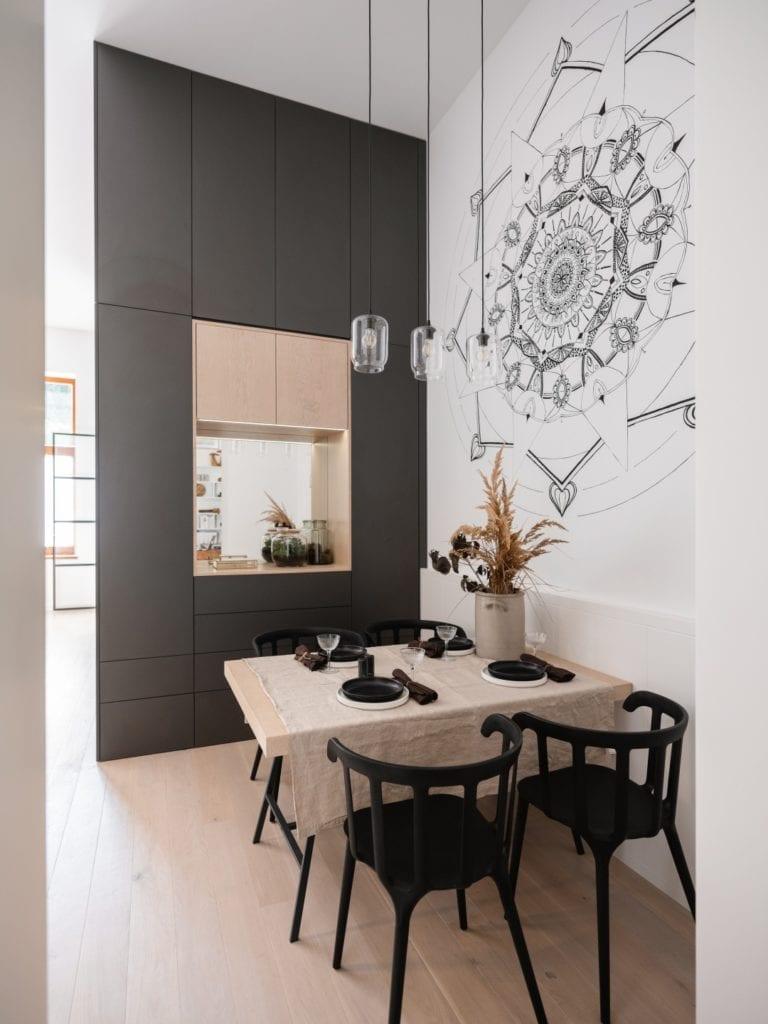 Mieszkanie architektki Karoliny Gacy z pracowni GRUPA NONO - mandala namalowana na ścianie
