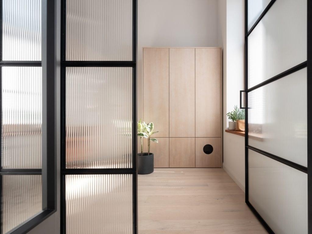 Mieszkanie architektki Karoliny Gacy z pracowni GRUPA NONO - beżowa szafa stojąca przy ścianie