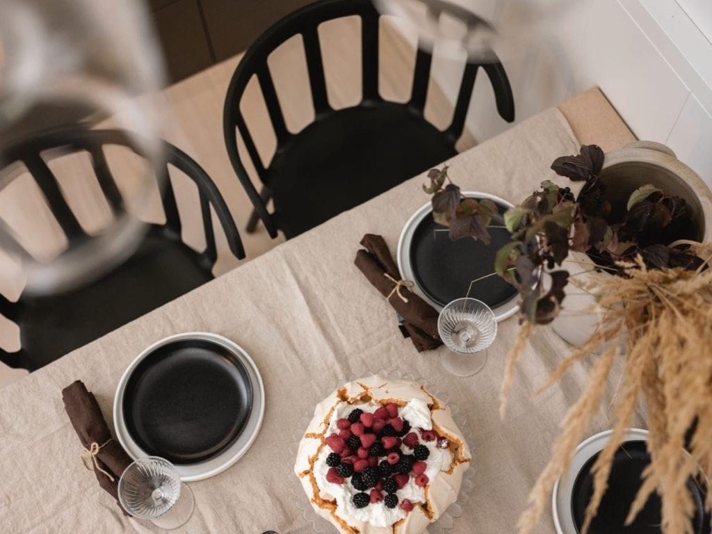 Mieszkanie architektki Karoliny Gacy z pracowni GRUPA NONO - stół z ciemną zastawą