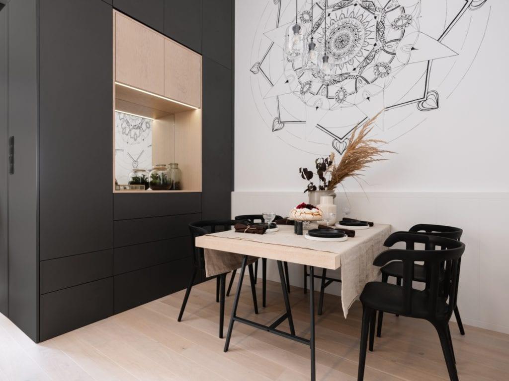 Mieszkanie architektki Karoliny Gacy z pracowni GRUPA NONO - czarna mandala namalowana na ścianie