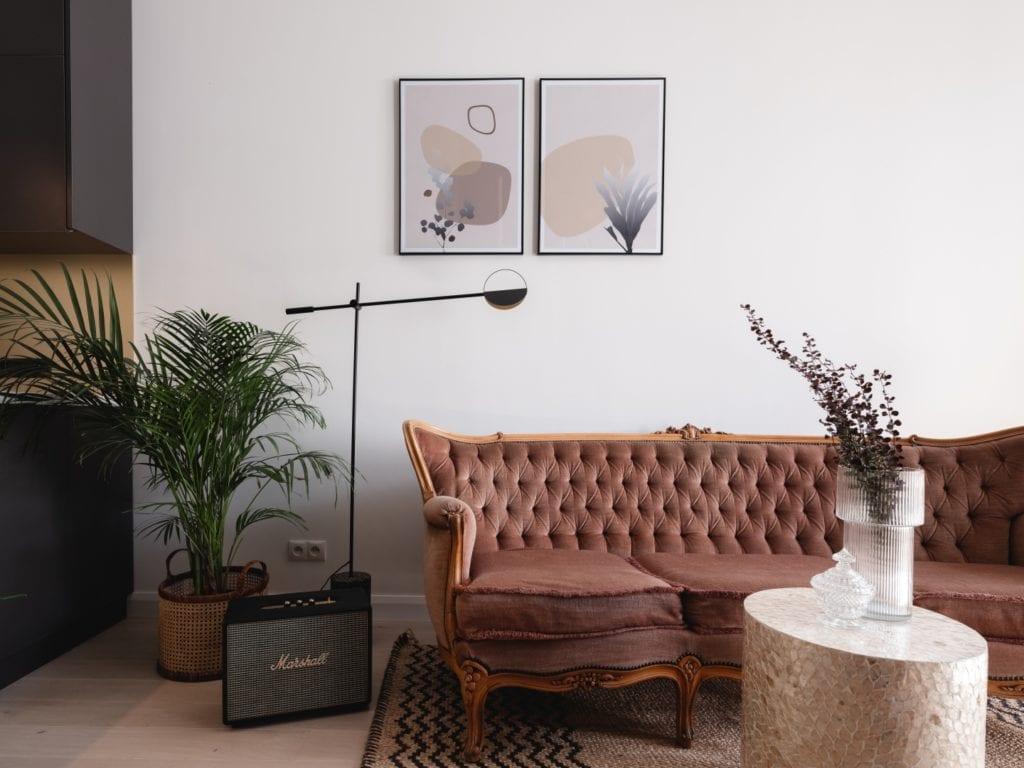 Mieszkanie architektki Karoliny Gacy z pracowni GRUPA NONO - sofa stojąca przy wejściu do mieszkania